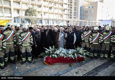 اقامه نماز بر پیکر آتشنشان شهید سیداحسان جامعی