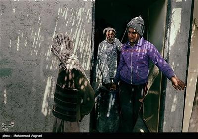 به گفته صیادان حضور صیادان چینی درآب های عمان و کشتی های بزرگ ایرانی است که با صید بی رویه خود و تجاوز از حریم صید و نزدیک شدن به ساحل،نان بسیاری از صیادان که با قایقهای کوچک خود کار میکنند را بریده اند