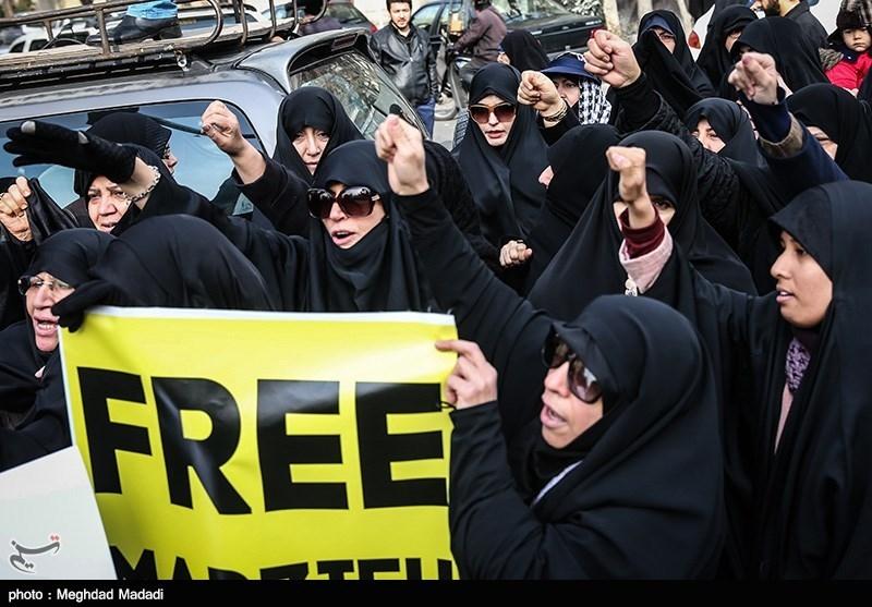 """وقفة احتجاجیة دعماً للصحفیة """"هاشمی"""" امام السفارة السویسریة فی طهران+صور"""