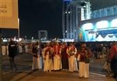 گزارش خبرنگار اعزامی تسنیم از امارات| نماز خواندن هواداران ایرانی مقابل ورزشگاه/ حضور اتوبوس عمانیها و ماشین ضد شورش+ تصاویر