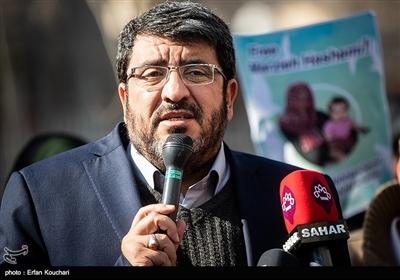 سخنرانی فواد ایزدی در تجمع اعتراضی در حمایت از مرضیه هاشمی مجری و خبرنگار شبکه پرستیوی مقابل دفتر سازمان ملل متحد