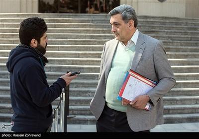 پیروز حناچی شهردار تهران در حین مصاحبه با احسان آریا خبرنگار خبرگزاری تسنیم