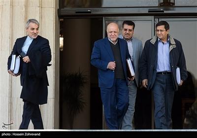 عبدالناصر همتی رئیس کل بانک مرکزی ، بیژن نامدار زنگنه وزیر نفت و محمدباقر نوبخت معاون رییس جمهور و رییس سازمان برنامه و بودجه کشور