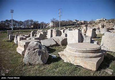 قدمت این بنای تاریخی عظیم به سه دوره هخامنشیان، اشکانیان و ساسانیان باز میگردد.این بنا در شهر کنگاور از توابع استان کرمانشاه قرار گرفته است