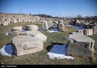 قدمت این بنای تاریخی عظیم به سه دوره هخامنشیان، اشکانیان و ساسانیان باز میگردد