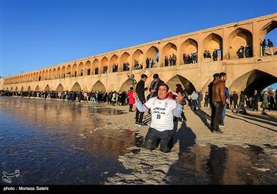 مردم اصفهان از نیمهشب گذشته که آب از سد زایندهرود رهاسازی شده است در نقاط مختلف خارج و داخل شهر اصفهان نظارهگر جریان یافتن زندگی در طول رودخانه زیبا و حیاتآفرین نصف جهان هستند