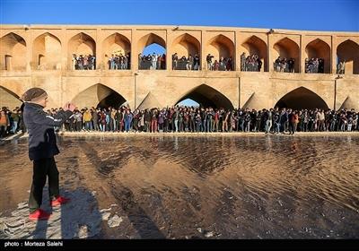 مردم اصفهان با گرفتن عکسهای یادگاری هیجان جاری شدن زندگی در زاینده رود را با دیگران بهاشتراک میگذارند