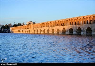 با جاری شدن آب ، زایندهرود جانی دوباره گرفت.مهمانی که قرار است 20 روز دل اصفهانیها را شاد کند و برود.
