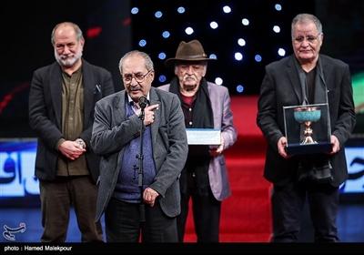 بزرگداشت ابراهیم حقیقی در مراسم افتتاحیه سیوهفتمین جشنواره فیلم فجر