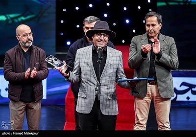 اهدای سیمرغ بلورین بخش عکس سیوهفتمین جشنواره فیلم فجر به حبیب مجیدی برای عکسهای فیلم بمب، یک عاشقانه