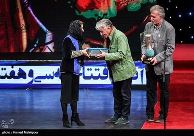 تقدیر از فاطمه معتمدآریا توسط رضا کیانیان در مراسم افتتاحیه سیوهفتمین جشنواره فیلم فجر