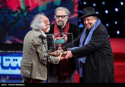 تقدیر از عباس گنجوی تدوینگر پیشکسوت سینما توسط بهمن فرمانآرا در مراسم افتتاحیه سیوهفتمین جشنواره فیلم فجر