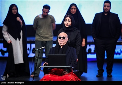 علی عمرانی و سانیا سالاری در حال اجرای نمایش در مراسم افتتاحیه سیوهفتمین جشنواره فیلم فجر