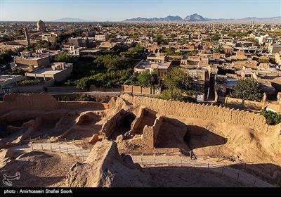 شهرستان میبد، که یکی از قدیمیترین شهرهای ایران و استان یزد به شمار میآید، از قدمتی چندین هزارساله برخوردار است. این شهر به دلیل برخورداری از بافت تاریخی، بسیاری از عمارات و بناهای ارزشمند خود را در فهرست سازمان میراث فرهنگی کشور به ثبت رسانده است. تصویر