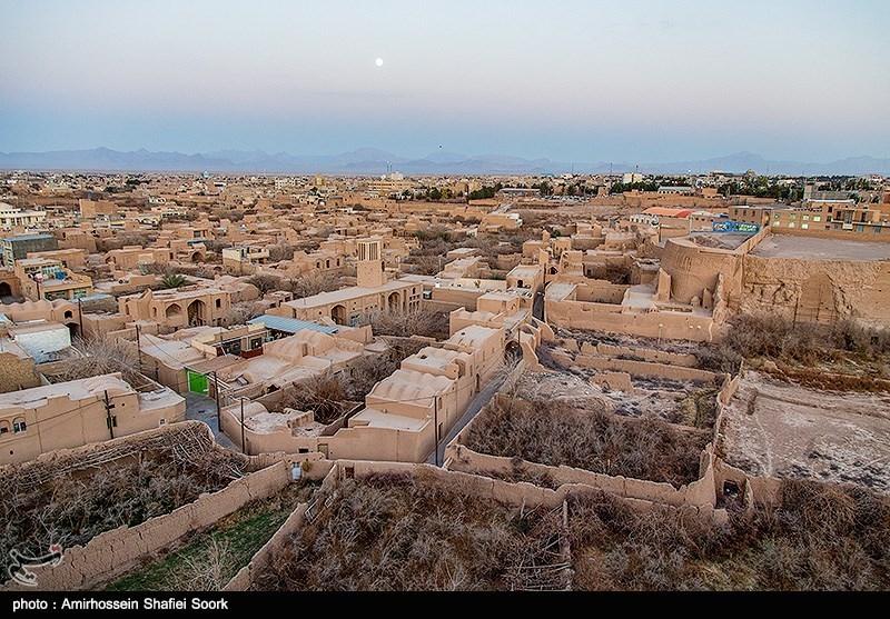 عنوان نارین قلعهی میبد یزد، یکی از بناهای تاریخی و باشکوه ایران کهن در دوران ساسانی است که معماری و هنر سازندگان آن، موجب تحسین باستانشناسان و تاریخدوستان شده است. این بنای کهن سال ۱۳۵۴ با شمارهی ۳۴۹۰ به ثبت ملی رسیده است.