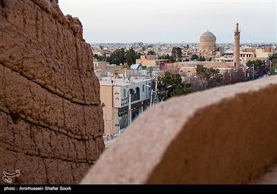شهرستان میبد، که یکی از قدیمیترین شهرهای ایران و استان یزد به شمار میآید، از قدمتی چندین هزارساله برخوردار است. این شهر به دلیل برخورداری از بافت تاریخی، بسیاری از عمارات و بناهای ارزشمند خود را در فهرست سازمان میراث فرهنگی کشور به ثبت رسانده است.