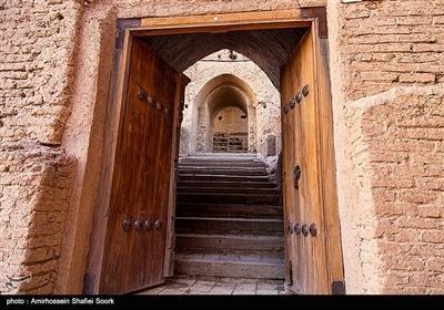 مصالح به کار رفته در این مجموعه متراکم خشت و گل بوده و خشتها اغلب منتسب به معماری ساسانی است