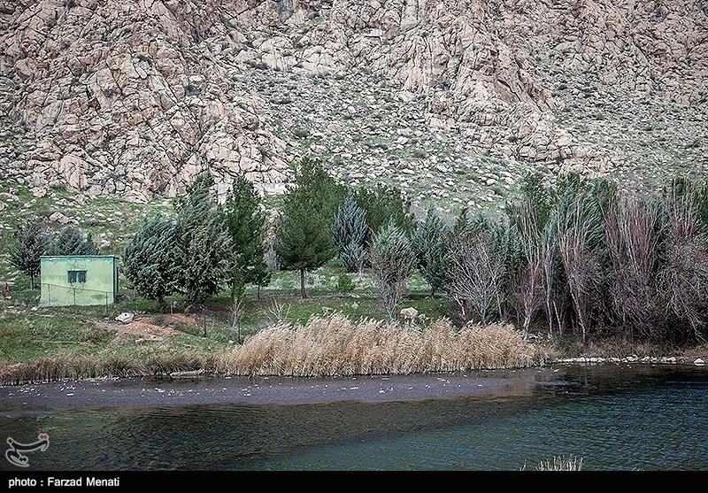تالاب هشیلان در دامنه جنوبی کوه خورین در استان کرمانشاه و در دشتی وسیع با شیب مختصر از شمال به جنوب واقع شده است.