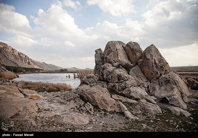 در این تالاب حدود ۱۱۰ جزیره کوچک و بزرگ با مساحت تقریبی از ۱۰۰ متر مربع تا حدود یک هکتار شکل گرفته است.