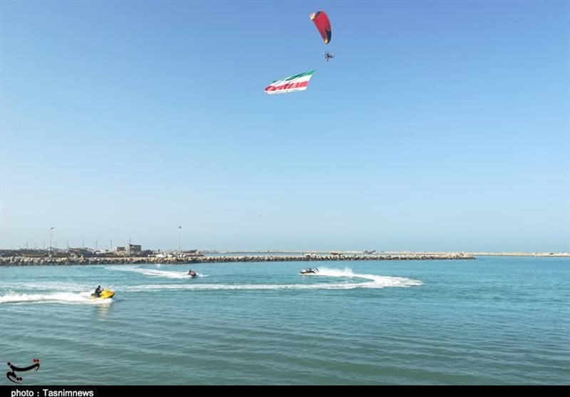پرچم پرافتخار ایران اسلامی در پهنه خلیج فارس بوشهر به اهتزاز درآمد+تصاویر