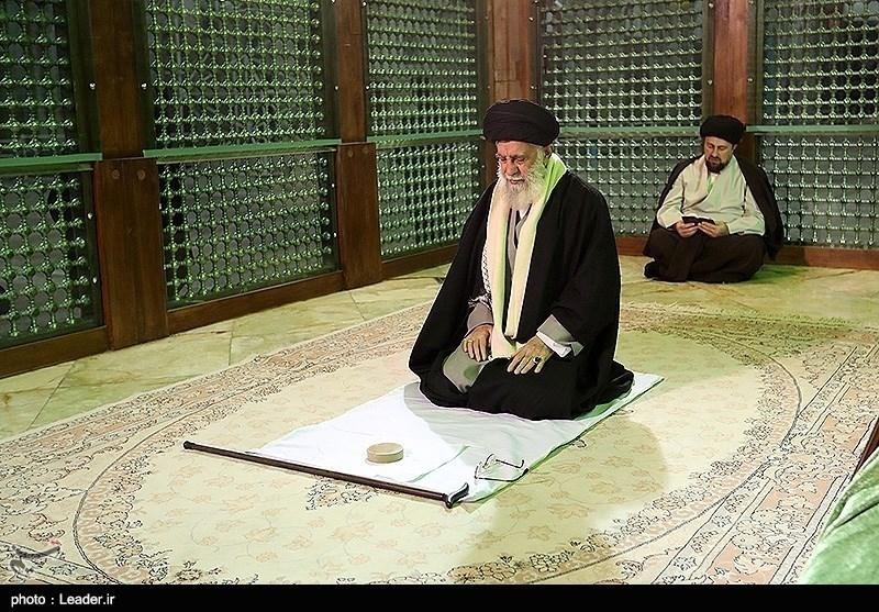 آیت اللہ خامنہ ای کی شہدا اور بانی اسلامی انقلاب کے مزار پر حاضری