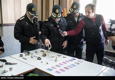 سردار حسین رحیمی رئیس پلیس تهران بزرگ هنگام بازدید از اشیاء کشف شده از سارقین