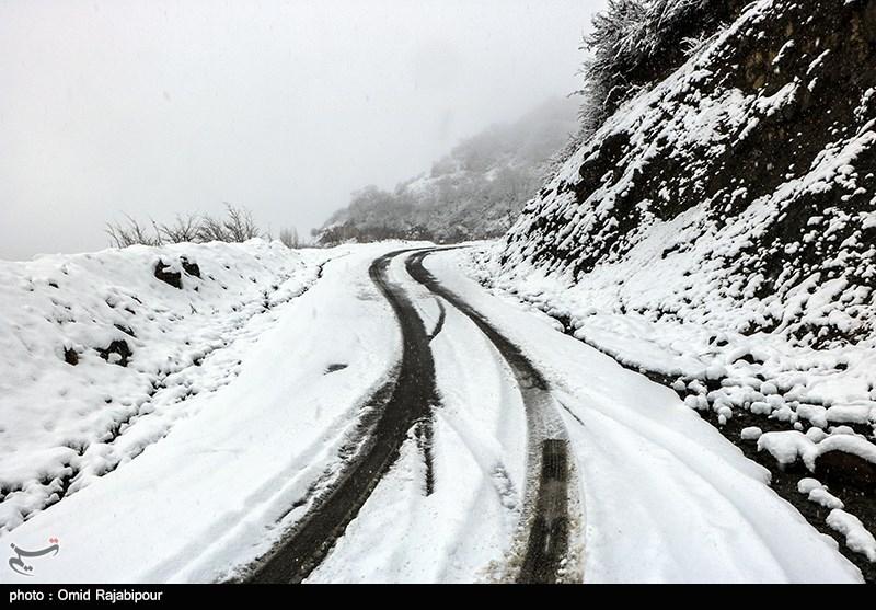 بارش برف و باران در جادههای 23 استان/ ترافیک سنگین در هراز و چالوس