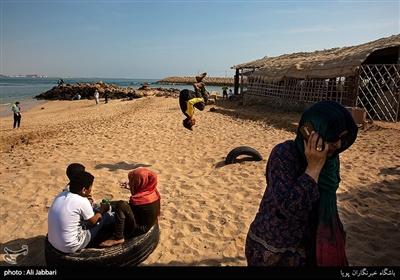 تفریح کودکان در ساحل جزیره هنگام