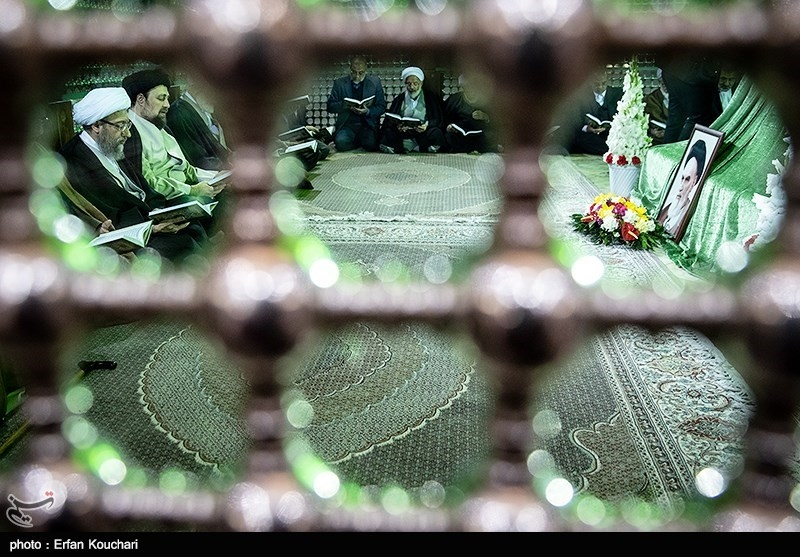 آیت الله صادق آملی لاریجانی رئیس قوه قضائیه در حال قرائت قرآن در مرقد امام خمینی (ره)
