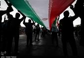 تعجب گردشگران خارجی از حضور تماشایی مردم تبریز در راهپیمایی 22 بهمن+فیلم