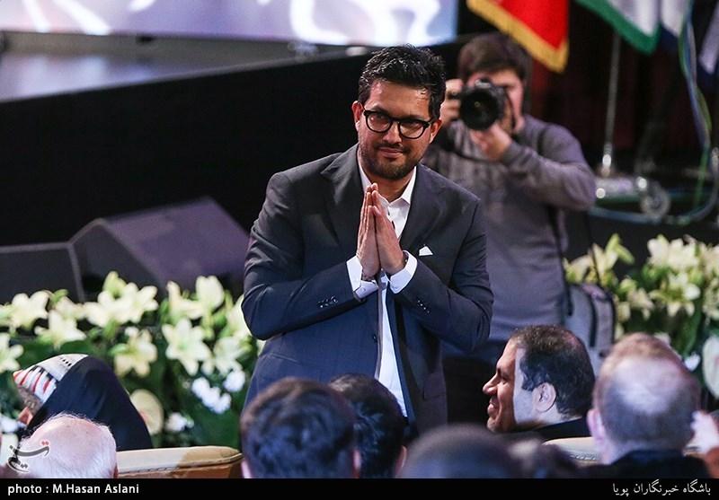 حامد بهداد بازیکر فیلمهای قصر شیرین و جاندار در مراسم اختتامیه سیوهفتمین جشنواره فیلم فجر