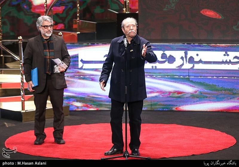 اهداء سیمرغ بلورین بهترین بازیگر نقش مکمل مرد سیوهفتمین جشنواره فیلم فجر به علی نصیریان برای فیلم «مسخرهباز»