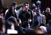امین حیایی بازیگر فیلم درخونگاه در مراسم اختتامیه سیوهفتمین جشنواره فیلم فجر