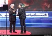 اهداء سیمرغ بلورین بهترین جلوههای ویژه میدانی سیوهفتمین جشنواره فیلم فجر به ایمان کرمیان برای فیلم «ماجرای نیمروز، رد خون»