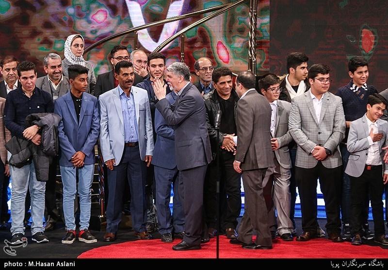 آزادگان گروه 23 نفر به همراه بازیگران فیلم 23 نفر در مراسم اختتامیه سیوهفتمین جشنواره فیلم فجر