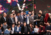 تجلیل از آزادگان گروه 23 نفر به همراه بازیگران فیلم 23 نفر در مراسم اختتامیه سیوهفتمین جشنواره فیلم فجر