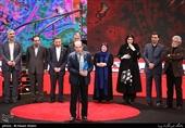 اهداء سیمرغ بلورین بهترین فیلم از نگاه تماشاگران سیوهفتمین جشنواره فیلم فجر به سیدجمال ساداتیان تهیهکننده فیلم «متری شش و نیم»