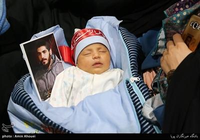 حضور کودک نوزاد در مراسم یادواره شهید ابراهیم هادی