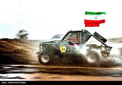 یکی از شرکت کنندگان با پرچم ایران در مسابقات قویترین مردان آفرود کشور در حال مسابقه است
