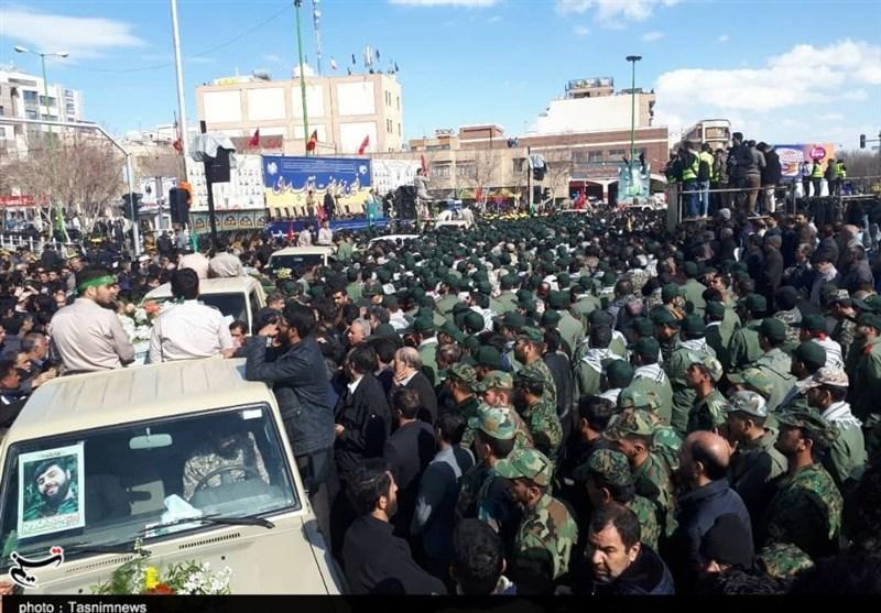 اصفهان| همه برای بدرقه 27 شهید مدافع وطن آمدهاند؛ اجرای سرود 2 هزار نفری در وصف پاسداران شهید