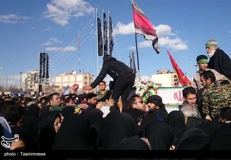اصفهان| حضور پر رنگ نوجوانان دهه هشتادی در مراسم تشییع؛ آماده شهادتیم