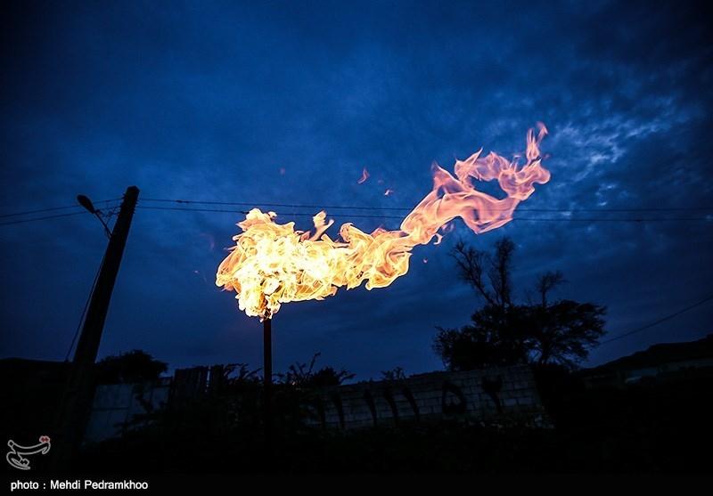 نفت به همراه گاز از چاه بیرون میآید، که پس از جداسازی گاز، با خط لوله تصفیه شده و برای پالایشگاه گاز میفرستند؛ اما چون قبلا پالایشگاه گاز نبود، این گاز را میسوزاندند. اکنون نیز در برخی مناطق، از نفت سفید گرفته تا عنبل در شهرستان لالی همینطور است و اهالی از این گاز برای روشنایی و گرما استفاده میکنند.
