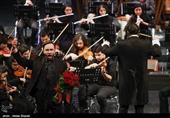 اجرای ارکستر آیسو با اجرای خواننده اتریشی در سی و چهارمین جشنواره موسیقی فجر