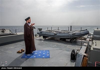یک روحانی در حال اقامه نماز ظهر در ناوچه کلاس هندیجان ارتش جمهوری اسلامی ایران است