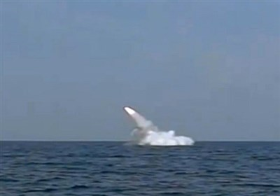 """للمرة الاولى غواصة """"غدیر"""" تطلق صاروخ کروز"""