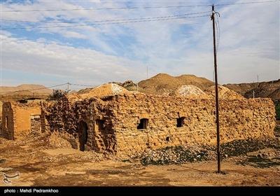 فت سفید در ۳۶ کیلومتری شهرستان هفتکل و ۵۵ کیلومتری اهواز در استان خوزستان قرار دارد که در سال ۱۹۳۸ میلادی مصادف با ۱۳۱۷ خورشیدی اولین میدان عظیم نفتی در آن کشف شد
