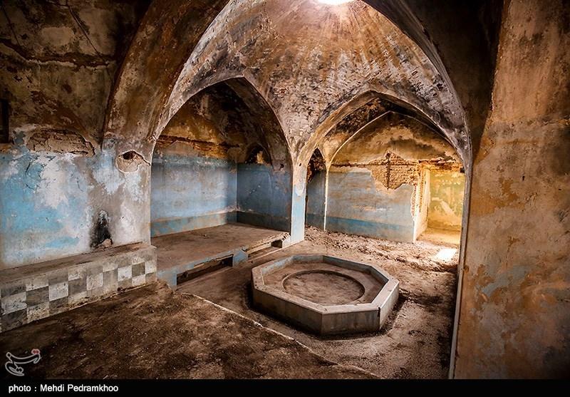 حمام قدیمی شهر نفت سفید که قدمت آن به دوران قاجاریه می رسد به علت عدم توجه در حال تخریب است.