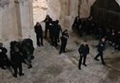 دهها زخمی در حمله نظامیان صهیونیست به مسجد الاقصی