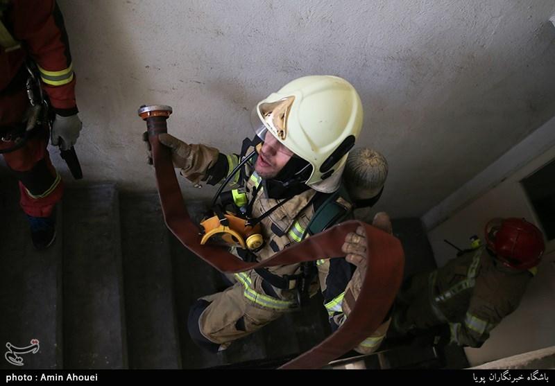 نجات 30 ساکن گرفتارشده میان دود و آتش در جنتآباد