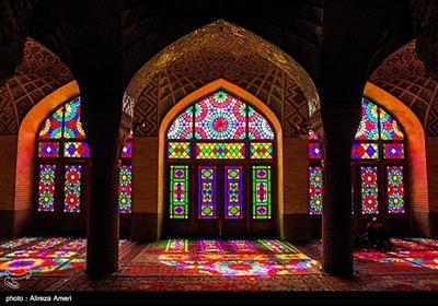 در نزدیکی شاه چراغ، یکی از مشهورترین ساختمانهای شیراز یعنی مسجد نصیرالملک که به «مسجد صورتی» نیز معروف است، قرار دارد.